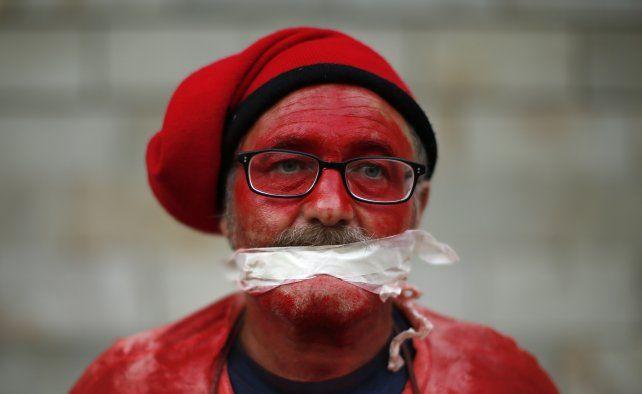 Expresión. Un manifestante interpretó la sanguinaria pelea por la independencia.