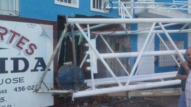 Acoplado con tanque se desprendió del tractor e impactó contra el frente de un club deportivo