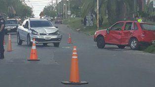 Abollones importantes. Los dos autos colisionaron en una peligrosa esquina. Foto: Juan Manuel Hernández