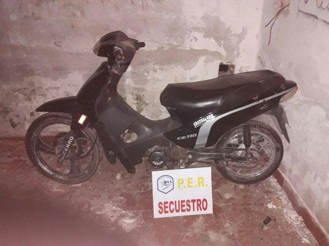 Le robó la moto a su madre