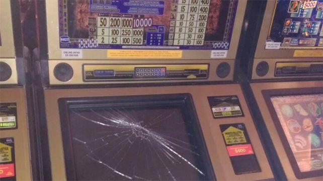 Perdió en el tragamonedas y destrozó la pantalla de la máquina