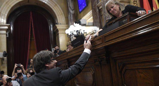 Tras ser destituido, Puigdemont llamó a una resistencia democrática y pacífica