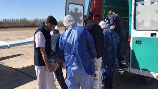 Los profesionales bajan al niño para luego subirlo al avión. Foto Prensa Ministerio de Salud.