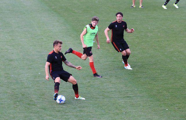 Rodrigo Arciero –con la pelota– y Damián Lemos serán de la partida en el Rojinegro.