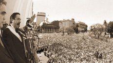De cara al pueblo. Raúl Alfonsín, considerado el Padre de la democracia, en un acto multitudinario.