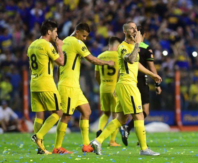 Los jugadores de Boca festejan uno de los goles de ayer ante su gente.