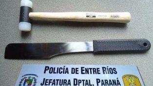 Se defendió con un cuchillo del golpe de su pareja con un martillo