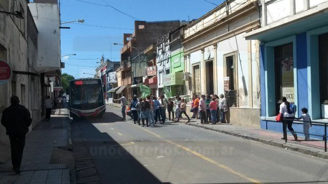 Trabajadores de Salud Municipal cortaron calle Gualeguaychú en reclamo de mejoras laborales