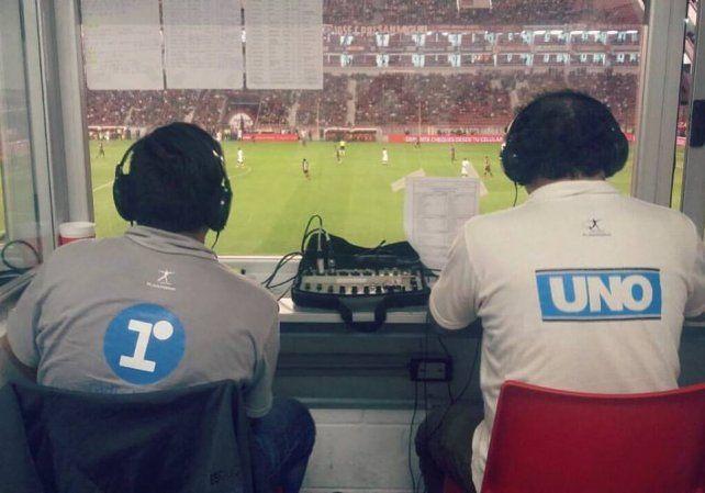 Relator y comentarista de 97.1 Radio La Red Paraná anoche en la cancha de Independiente.
