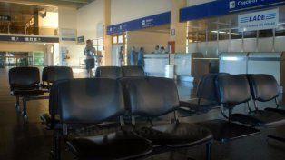 El paro en Aerolíneas y Austral se siente en los aeropuertos de Paraná y Rosario