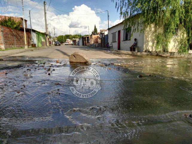 Vecinos de Anacleto Medina Sur reclaman por las cloacas rotas