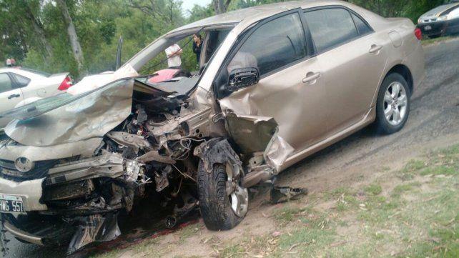 Bomberos rescataron al conductor de un vehículo que había quedado atrapado luego de un choque