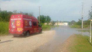 El móvil de los bomberos en el arroyo de San Benito.