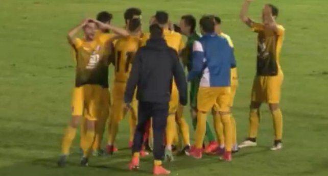 Escándalo en el fútbol español: un árbitro pitó el final con el balón metiéndose en la portería