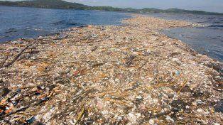 Ropas, plásticos, animales muertos y hasta cuerpos humanos: el gigantesco mar de basura que tensa las relaciones entre Honduras y Guatemala