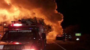 Un automóvil quedó reducido a cenizas tras incendiarse en ruta 12