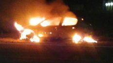 un auto se prendio fuego mientras circulaba por la autovia