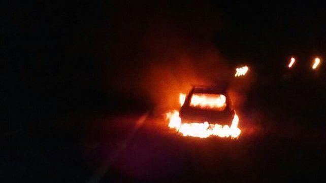 Un auto se prendió fuego mientras circulaba por la Autovía