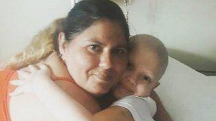 Anto junto a su mamá