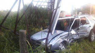 Atrapado. El hombre que conducía la Chevrolet debió ser rescatado por los Zapadores.