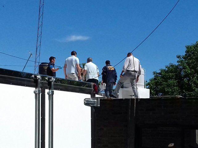 Por los techos. El fiscal y los peritos inspeccionaron toda la propiedad de la víctima. Foto: Gentiliza Radio La Voz.