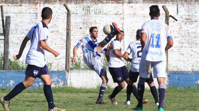 Friccionado. El partido terminó empatado en la Floresta. Foto: Juan Ignacio Pereira.