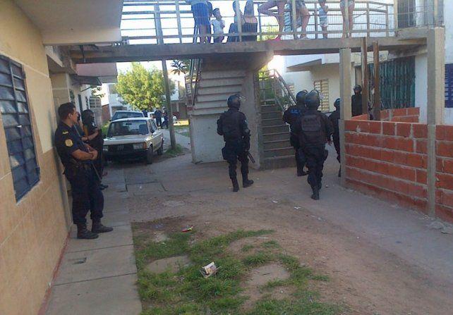 Allanamiento. La Policía llegó al lugar tras una feroz balacera.