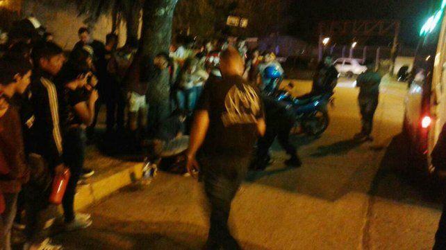 Corrían picadas, quisieron escapar de la policía y chocaron contra un árbol