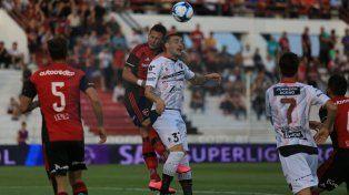 El partido se juega por arriba con los ojos cerrados. Foto UNO Diego Arias.