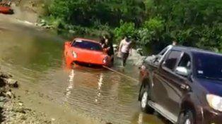 VIDEO: Así se hundió una Ferrari de 900 mil dólares en un río de Córdoba