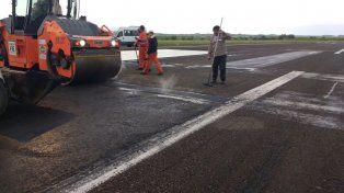 Contrareloj reparan la pista del Aeropuerto de Paraná