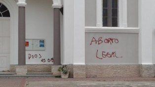 Indignación en la feligresía por pintadas en una iglesia