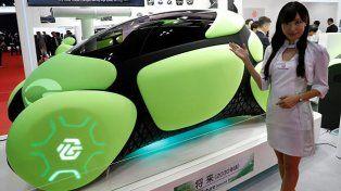 Crean un auto de goma que parece ser irrompible