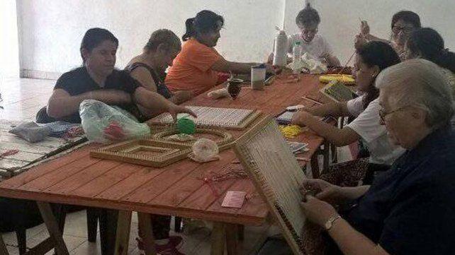 Propuesta. Las Arañitas Tejedoras del Gauchito Gil se juntan cada viernes y comparten.