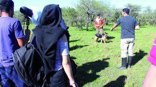 Recreación. Una perra entrenada traída desde Santa Fe fue la que halló el cuerpito del niño perdido en el monte.