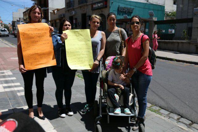 Madres protestaron frente al Iosper por el atraso en el pago de prestaciones para sus hijos