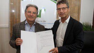 Nuevo rol. Benedetto y Richard muestran la designación del arquitecto en la Unidad Ejecutora.