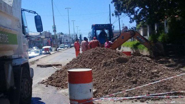 Reparan una cañería de red de agua potable en avenida Almafuerte