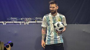 Messi presentó la camiseta argentina y la pelota del Mundial