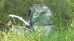 Lesiones leves. El vehículo volcó y los ocupantes debieron ser rescatados por los bomberos. PER