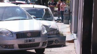 Se descompuso mientras conducía, se subió a la vereda y chocó de todo