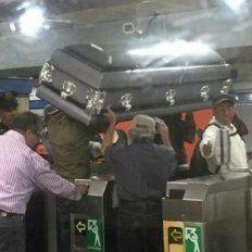 Llevaron el ataúd en el subte porque no tenían plata para coche fúnebre