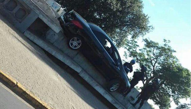 Un auto quedó montado sobre la infraestructura de la costanera