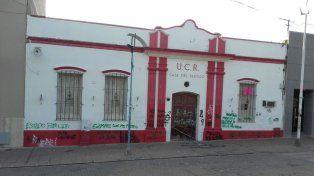 Revisarán las cámaras de seguridad de la zona para establecer los autores de las pintadas en la UCR