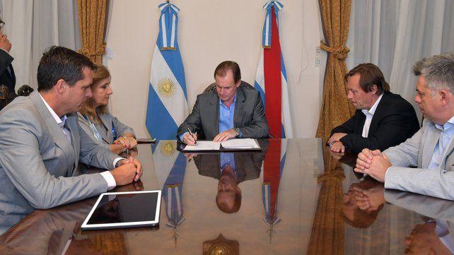 El acuerdo. Bordet y los dos intendentes firmaron el compromiso para que la transferencia sea desde el 2018.