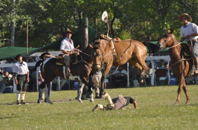 Un caballo atropelló al público en una jineteada y dejó siete heridos