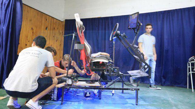 INNOVADORES. Chicos de 7° año hicieron un simulador de conducción con movimiento en la butaca.