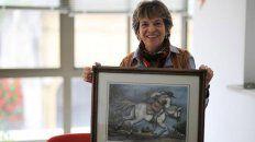 De sangre. Juana Elvira Arias es nieta del único hijo de Lázaro. En la foto, con un retrato de su bisabuelo..