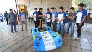 Presentación. Alumnos y docentes mostraron cómo quedó el vehículo terminado.