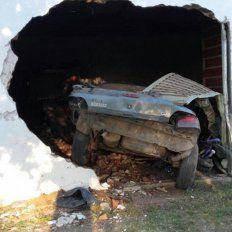 Alcoholizado perdió el control del auto y terminó incrustado en una vivienda